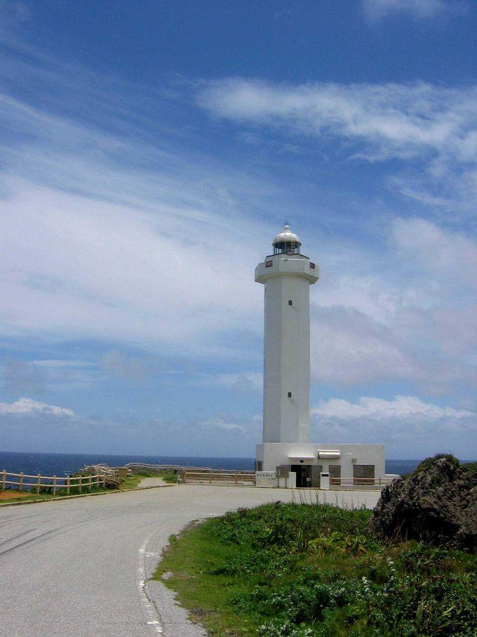 青い空と海に映える真っ白な灯台