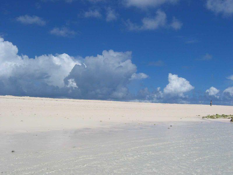 360度が青い海と真っ白なビーチだけの島!久米島「はての浜」へ