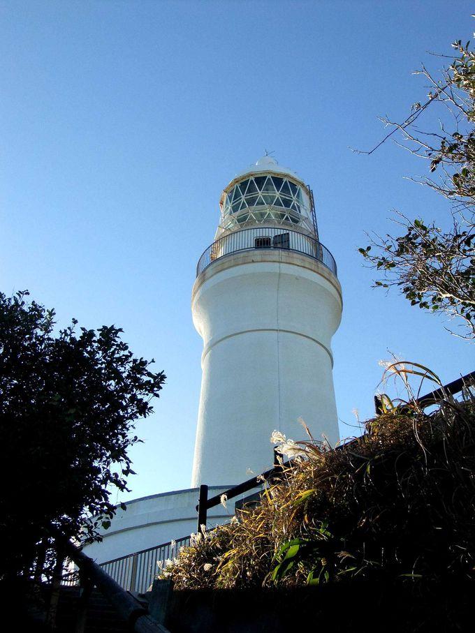 丘にそびえる真っ白な御前埼灯台