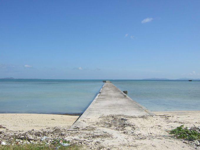 海の真ん中にまっすぐ伸びる伊古桟橋