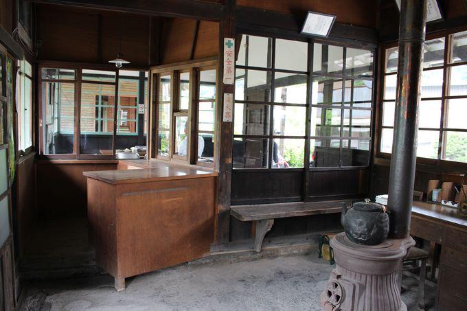 昭和の雰囲気がたっぷり漂う駅舎内