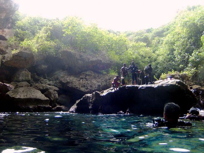 大きな岩の上から天然プールにダイブ!