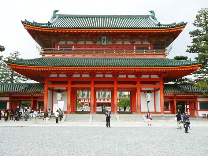 神苑に入る前に本殿を参拝。「左近の桜 右近の橘」も見てみよう!