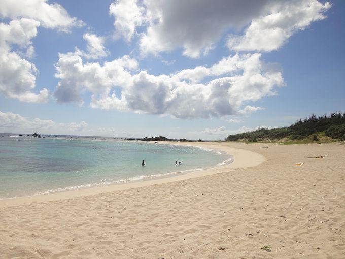広々した砂浜が美しく弧を描く土盛海岸!シュノーケルで色鮮やかな魚たちに出会える!