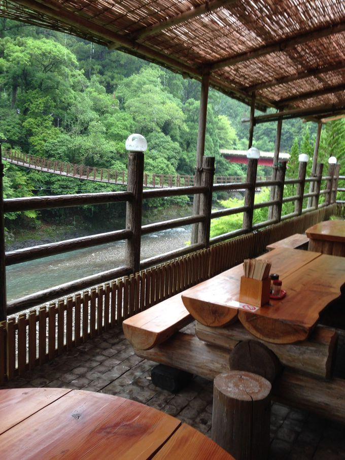 清流を眺めながら「道の駅 龍神ウッディプラザ木族館」で天然水コーヒーを!