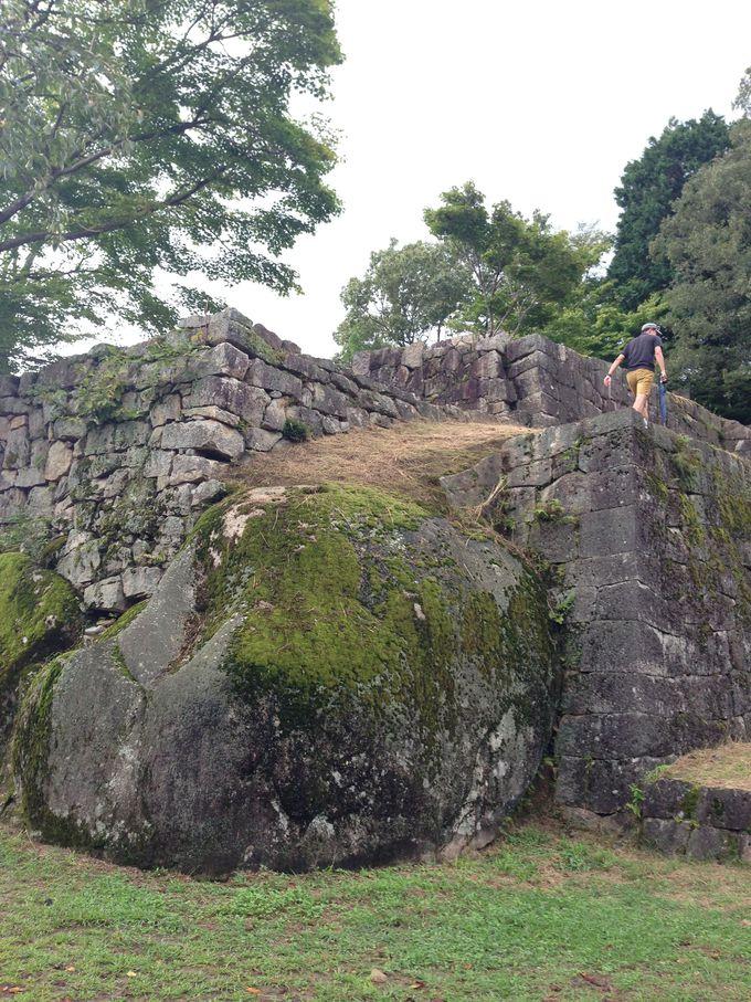 巨岩を利用した石垣に注目