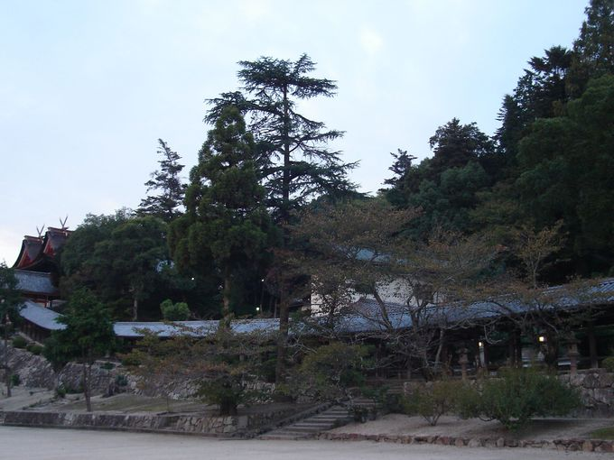 400mもの見事な回廊と鳴釜殿の「鳴釜神事」