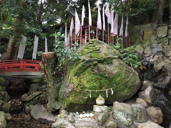 神様が宿る磐座の弁天岩
