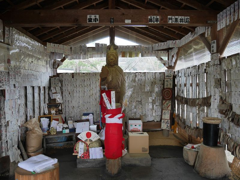 貧乏神神社では拝まずに殴る蹴る!?長野県飯田から話題急騰!