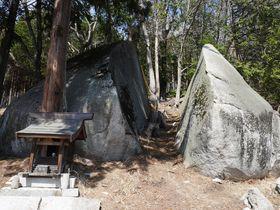巨石から観音様が現れた!?山梨県のパワスポ・不思議な「裂石」