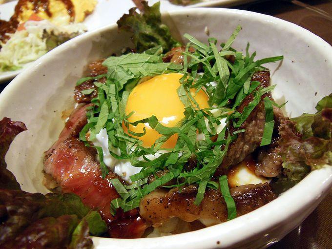 淡路島グルメ「あわじ玉卵(たまらん)牛ステーキ丼」と「生シラス丼」がおすすめ!
