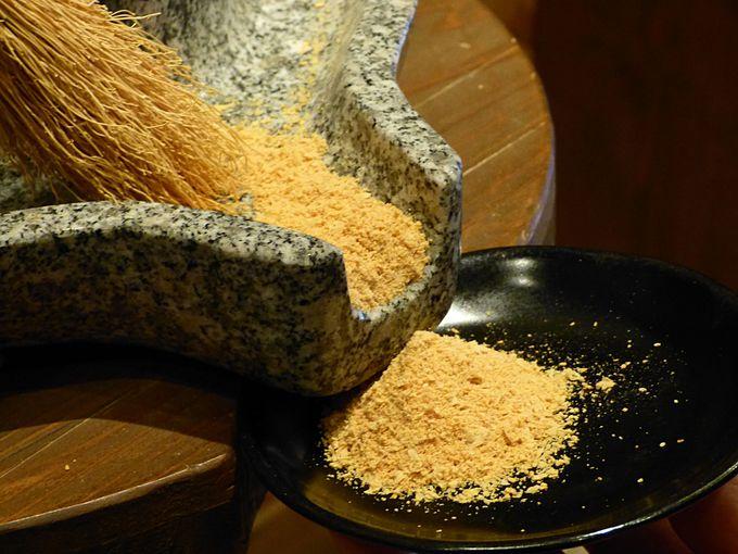 石うすを使って、きな粉作り体験
