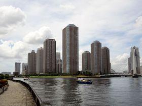 隅田川に浮かぶ中央区佃!高層ビル群と江戸風情が織りなす景観