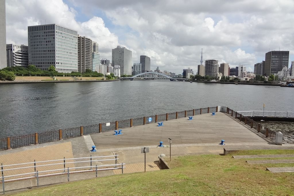 川面から吹き寄せる清々しい風!石川島公園