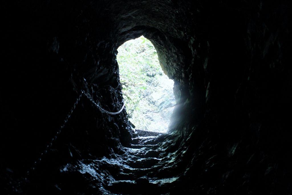 ここをくぐりぬけるの? 不気味な洞窟にゾッ!