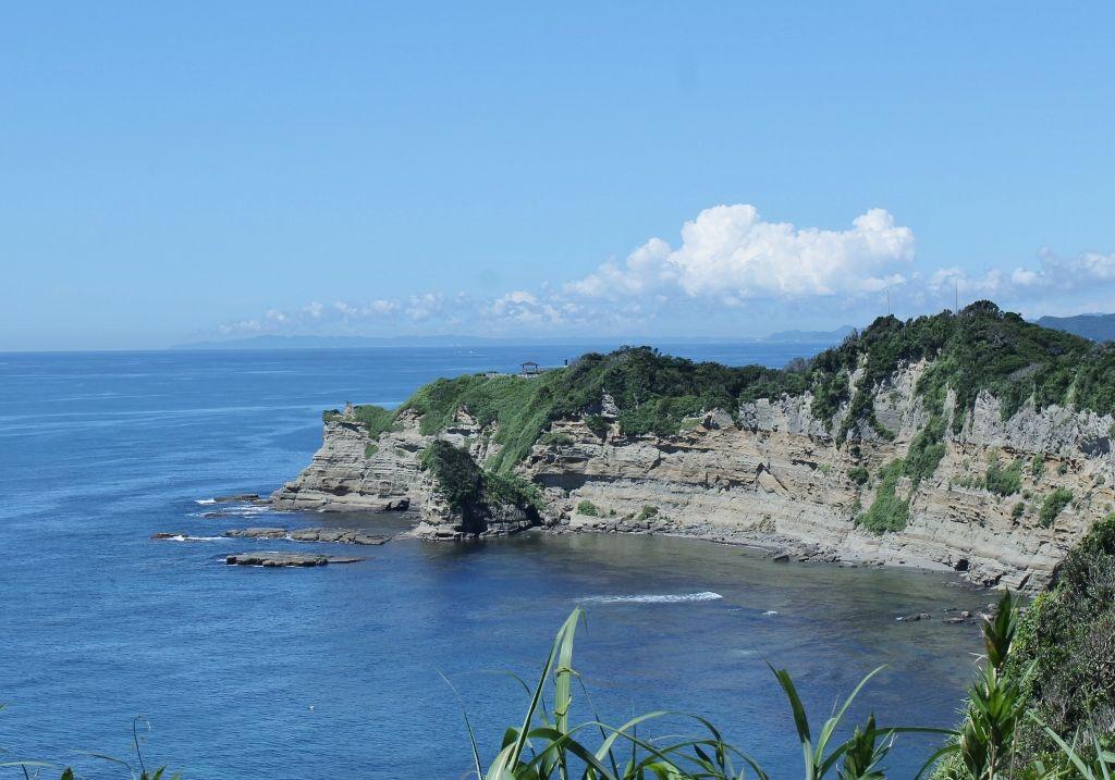 切り立った崖の上に広がる「八幡岬公園」