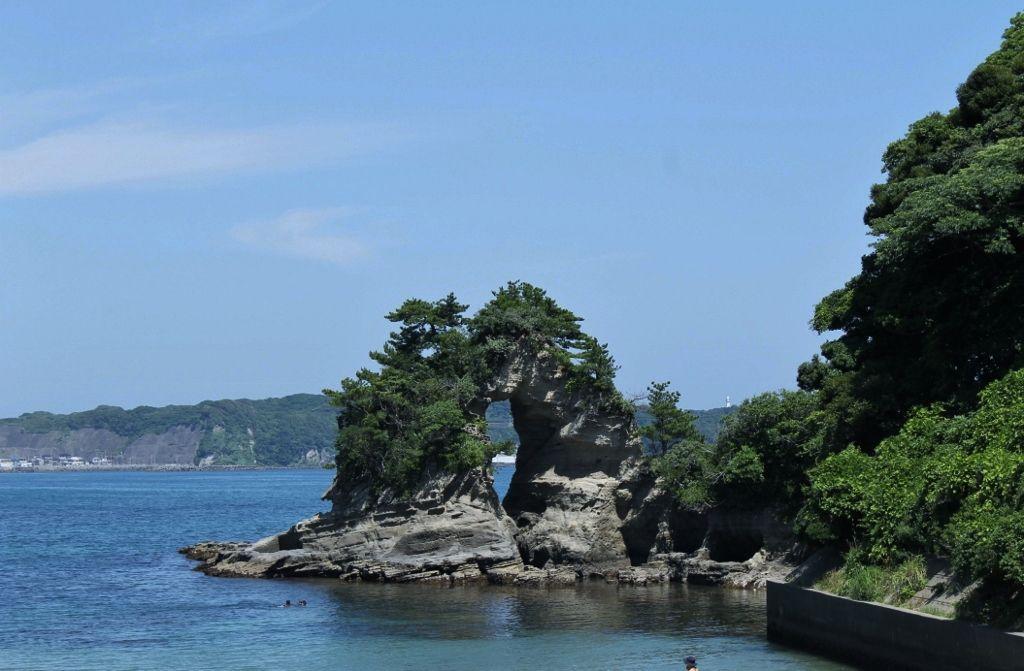 自然が造り出した不思議な岩! 『めがね岩』
