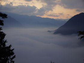 早朝だけに出会える絶景!吉野川大歩危峡・川霧が渓谷を埋め尽くす神秘的風景|徳島県|トラベルjp<たびねす>