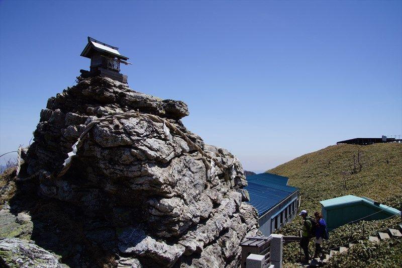 宝蔵石神社の巨大な磐座(いわくら)は剣山のパワースポット