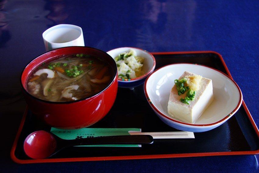 お茶処「茶里庵」で、徳島の郷土料理「そば米雑炊」を食べる