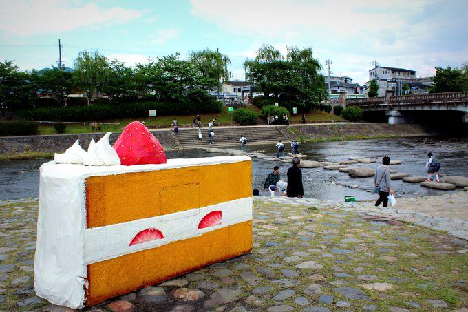 「鴨川デルタ」に謎の巨大ショートケーキ出現!?