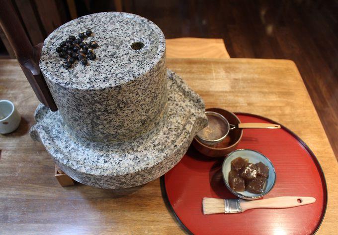 石臼で黒豆きな粉を挽いてみよう!