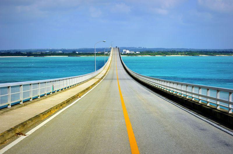 """絶景日本一の""""農道""""で青い海を渡ろう!?宮古島「来間大橋」"""
