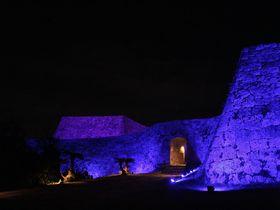 「世界遺産 座喜見城跡ライトアップ」は冬の沖縄の貴重なイルミネーションイベント!|沖縄県|トラベルjp<たびねす>