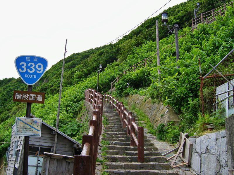 日本唯一!?車が通れない「階段国道」が青森県竜飛岬にある