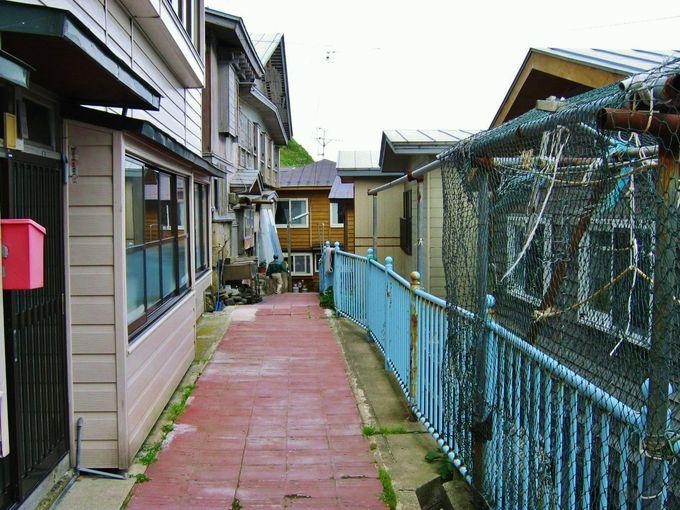 日本唯一!?民家の間を縫って走る「階段国道」