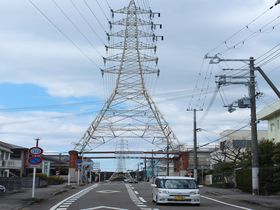 この道を行けばどうなるものか。和歌山にある鉄塔をくぐる道が珍百景!|和歌山県|トラベルjp<たびねす>