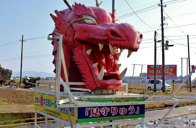 交差点を見守る「かがし」が、逆にガン見の的。福井県坂井市