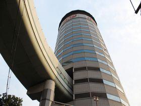 ホンマかいな?大阪には高速道路が貫通するビルがある。