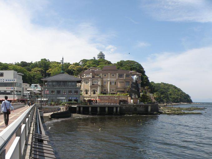 橋を渡りきったらすぐ!小田急・片瀬江ノ島駅から徒歩10分のアクセス