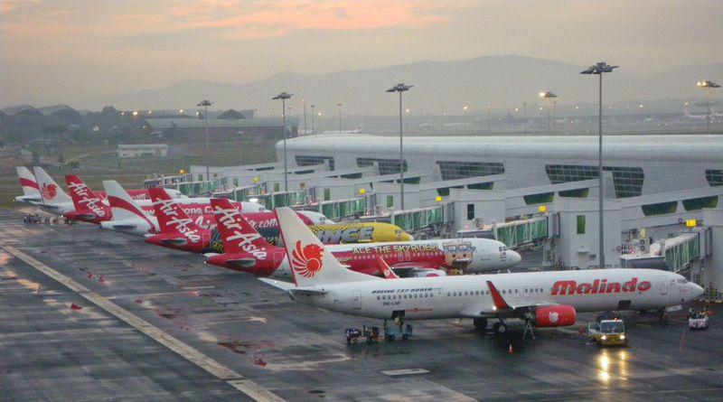 なんと飛行機が真下を通過!クアラルンプール空港KLIA2絶景ポイント