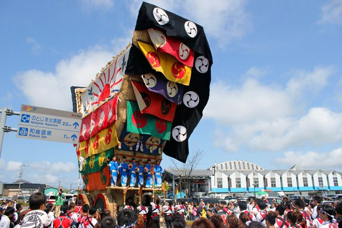 何より祭りを若衆の楽しんでいる表情が印象的!観光客も曳くことができる参加型の曳山!
