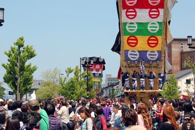 例年15万人近くの観光客が青柏祭に!地元を離れた若者たちも祭りに参加!