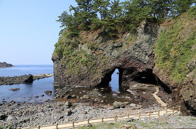 洞窟を通り抜けるとそこには美しい日本海と迫力ある巌門!