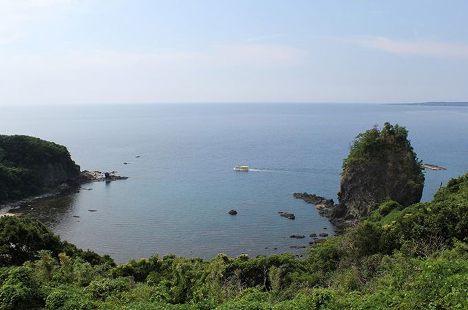 巌門の周辺には奇岩が点在!崖上からの眺めは絶景!