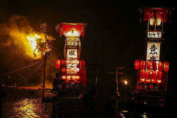 恋路火祭りは男女に見立てた2基のキリコを使用。まるで恋人のよう♪