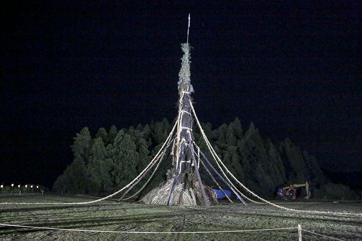 崎山お旅所にそびえ立つ高さ約30mの大松明!