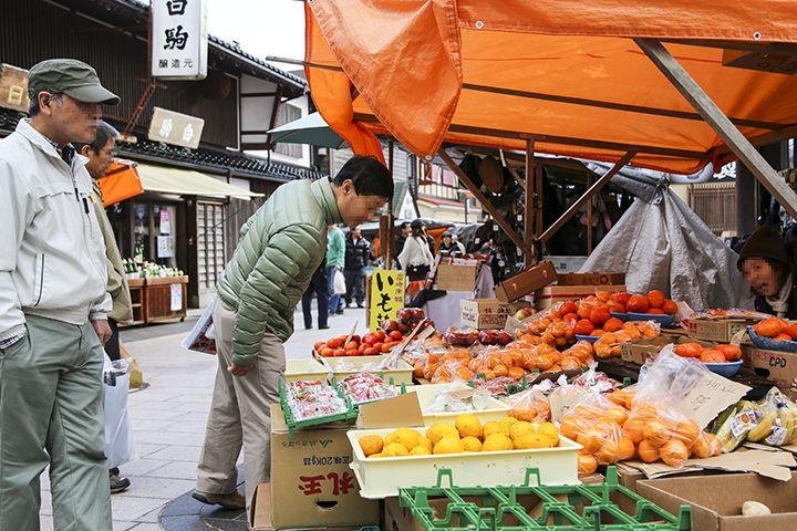 輪島朝市の売り手は元気な女性ばかり。決まり文句は「買うてくだぁ〜」。
