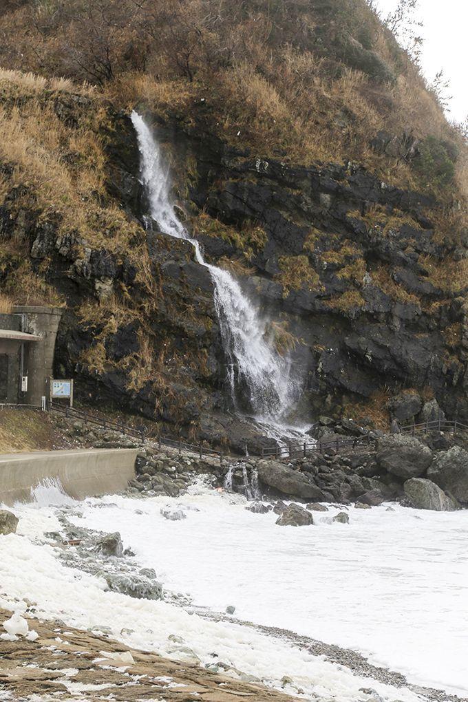 日本海に流れ落ちる垂水の滝!滝と波の花のコラボレーションは必見!