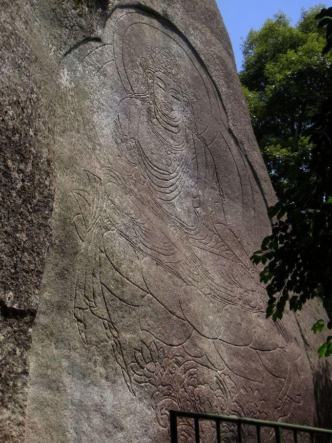 鮮明に残る巨大な線刻 虚空蔵菩薩 磨崖仏