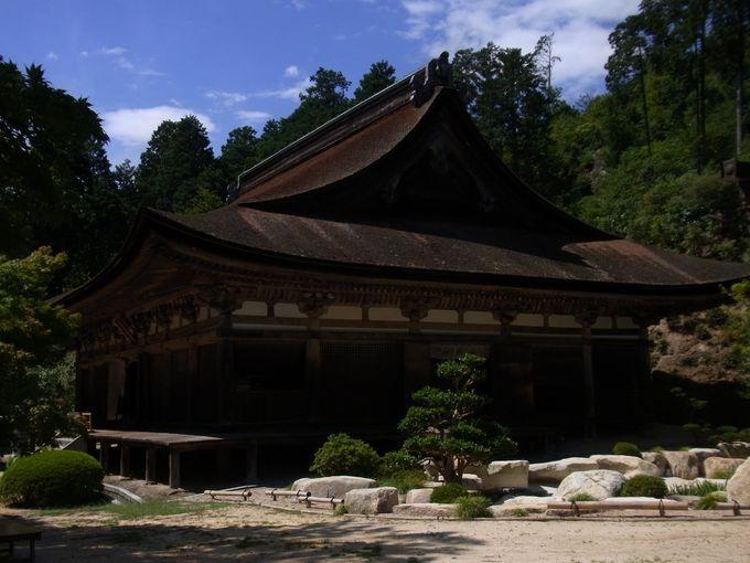 国宝指定の伽藍に迎えられる善水寺