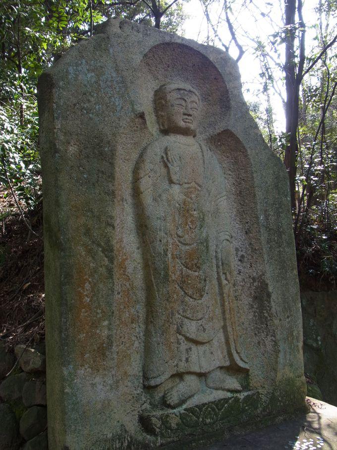 長岳寺境内の弥勒石棺仏
