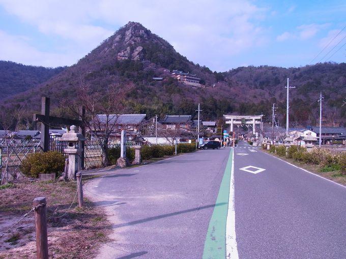 神秘的な山容の赤神山中腹にある阿賀神社(通称太郎坊宮)