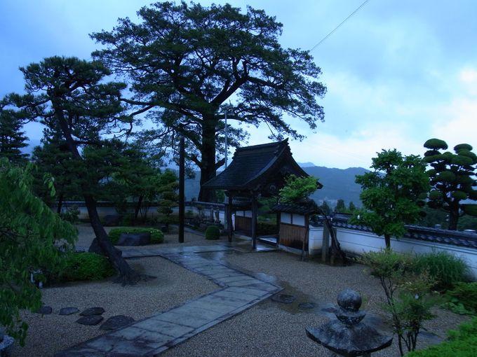 三草山への登山口にあたる慈眼寺
