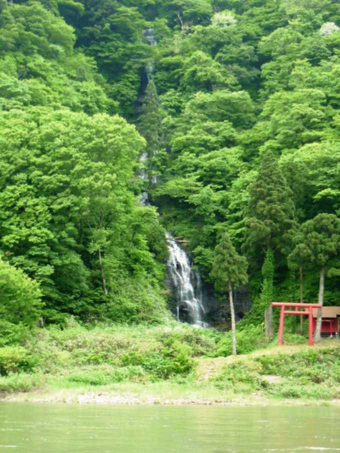 スライドの滝?いえいえ白糸の滝でした。