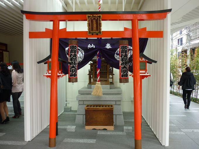正面入口右には「歌舞伎稲荷大明神」